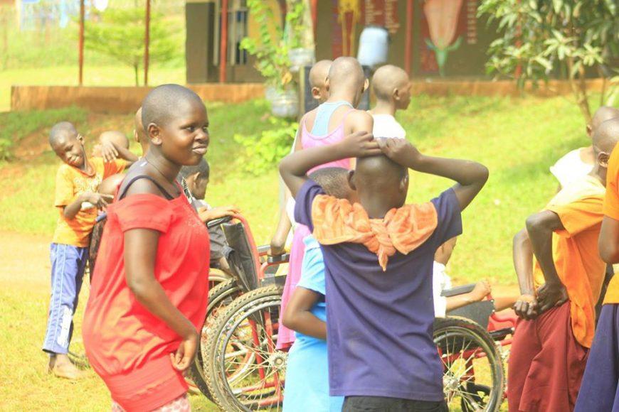 DIE WEIHNACHTSFEIER FÜR BEHINDERTE KINDER IN UGANDA VON TUYAMBE GEFÖRDERT